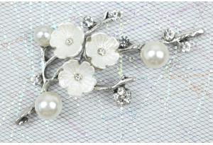 Серединка металлическая - веточка 6,2 x 3,5 см, с цветками, бусинками и стразами, серебро